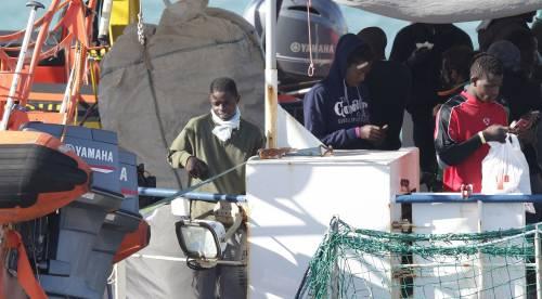 Sea Watch, i migranti arrivano a Catania 8