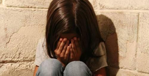 Bambina abusata da due magrebini, ora il processo: la madre sapeva