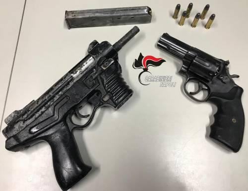 In giro con mitraglietta e revolver: arrestato