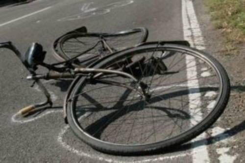 Roma, bimbo in bici travolto da auto: è grave