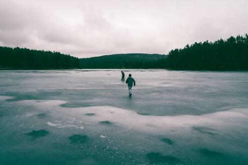 Si butta nel lago ghiacciato per salvare un cane