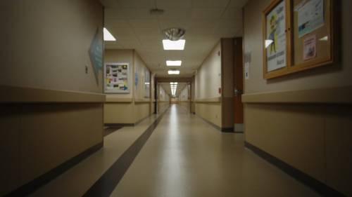 Siracusa, paziente perde la testa e attacca medici