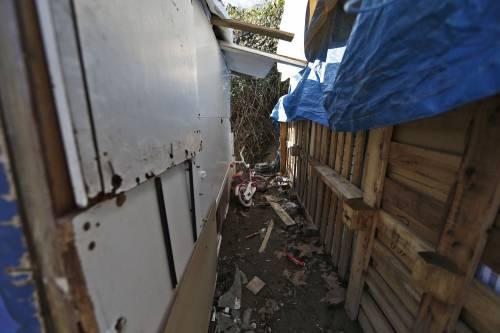Roma, i vigili sgomberano una baraccopoli abusiva a Ponte Marconi 2