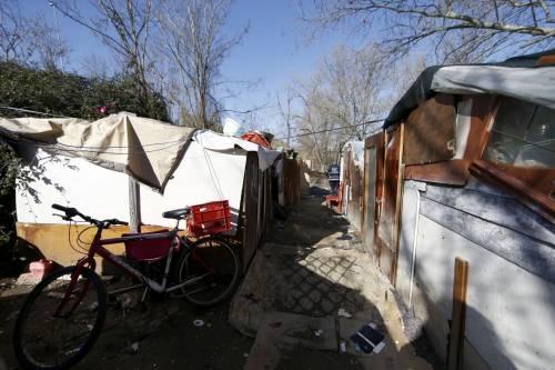 Roma, i vigili sgomberano una baraccopoli abusiva a Ponte Marconi 5
