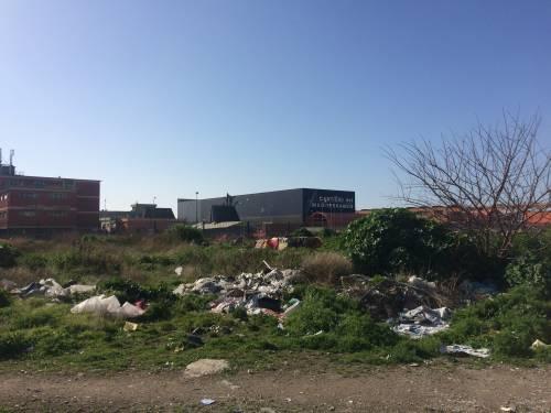 Napoli, nel parco della Marinella: tra rifiuti, tossicodipendenti e disperati 8