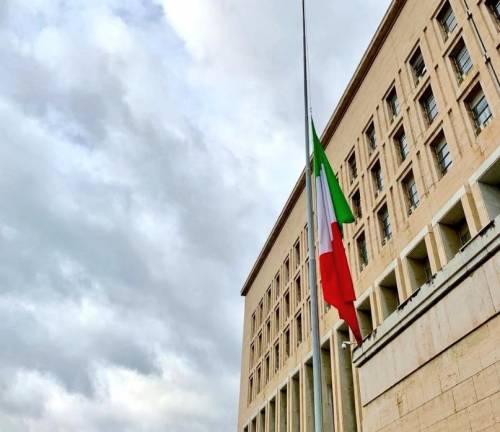 Foibe, bandiera a mezz'asta alla Farnesina in ricordo delle vittime