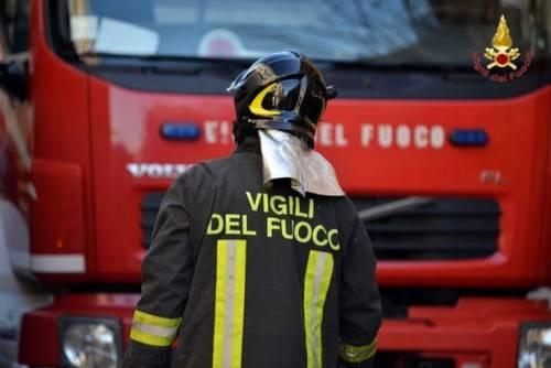 Roma, accende sigaretta in auto e scoppia un incendio: grave 29enne