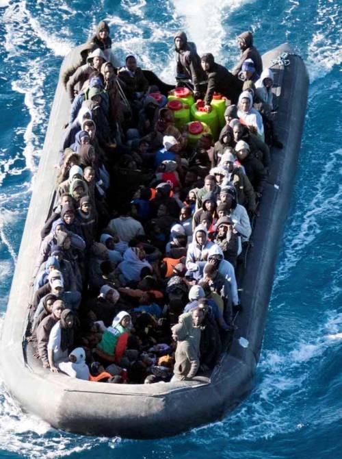 Libia, un barcone alla deriva: Tripoli salva i migranti a bordo