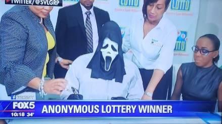 Vince un tesoro alla lotteria e va a ritirare i soldi con maschera di Scream: Non voglio che famiglia e amici sappiano