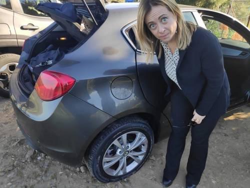 E la Meloni buca con l'auto sulle strade della Sardegna