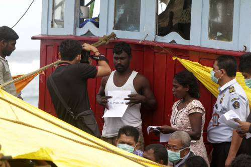 """Il pugno duro contro i migranti. L'Australia riapre l'isola """"lager"""""""