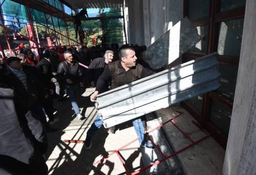 Albania, violente proteste a Tirana. Assalita la sede del governo