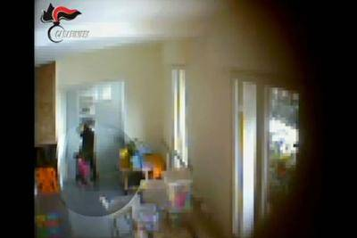 Arrestata 52enne per maltrattamenti ai bambini nel suo nido (a casa)