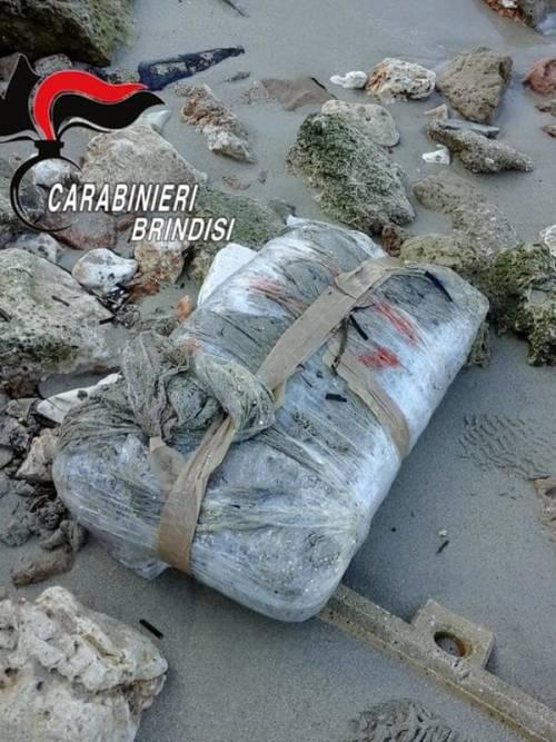 Brindisi, trovati in spiaggia 14 chili di marijuana