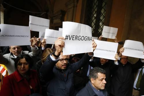 Il Pd protesta coi 5 Stelle, Giarrusso mima le manette