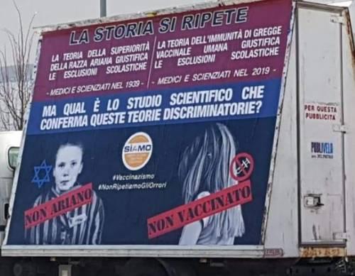 A Trento un cartellone dei no-vax paragona i bimbi non vaccinati agli ebrei vittime dell'olocausto