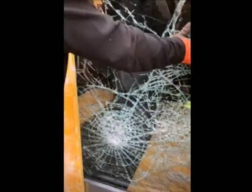 Milano, sfonda vetrata con tombino e ruba cassa: preso ladro 18enne