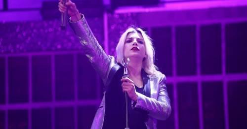 """Emma scatena la polemica in concerto: """"Aprite i porti!"""""""