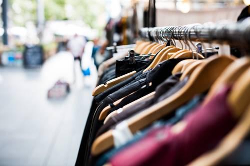 Ruba 27 capi di abbigliamento nel centro commerciale: arrestata 37enne romena