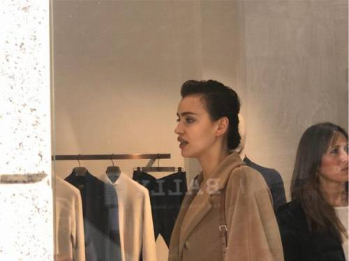 Milano Fashion Week 2019: Irina Shayk fa shopping nelle boutique di Milano 8
