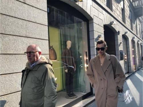 Milano Fashion Week 2019: Irina Shayk fa shopping nelle boutique di Milano 2