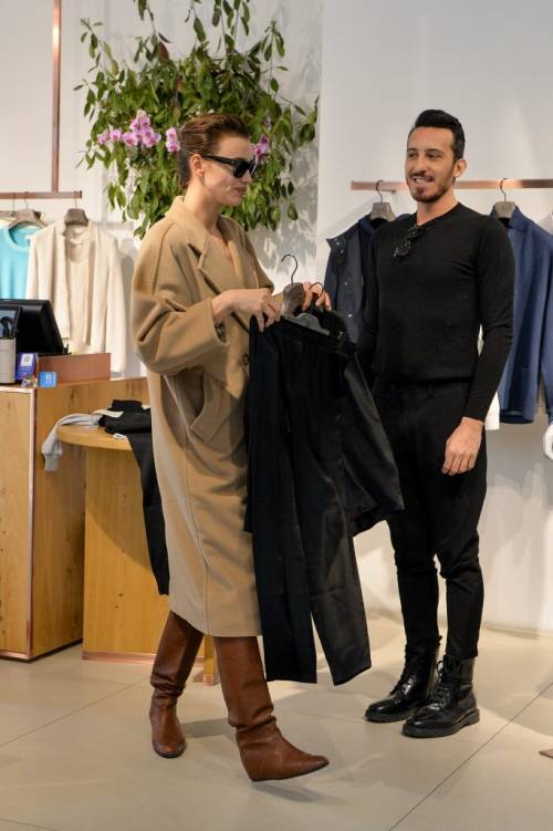Milano Fashion Week 2019: Irina Shayk fa shopping nelle boutique di Milano 5