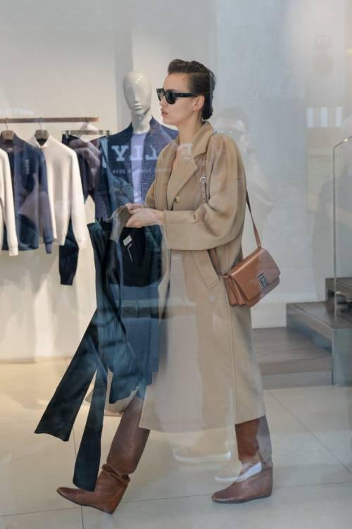 Milano Fashion Week 2019: Irina Shayk fa shopping nelle boutique di Milano 7