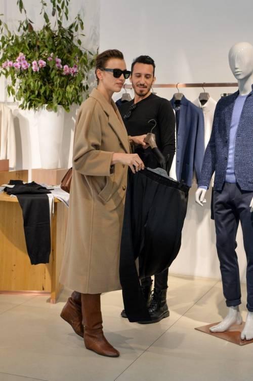 Milano Fashion Week 2019: Irina Shayk fa shopping nelle boutique di Milano 3