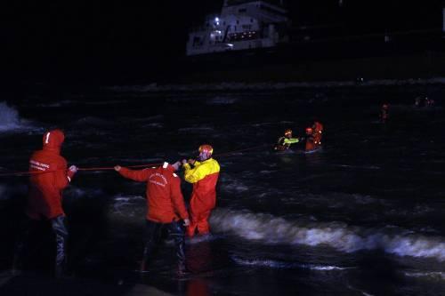 Bari, tratto in salvo l'equipaggio del mercantile turco arenato vicino alla spiaggia