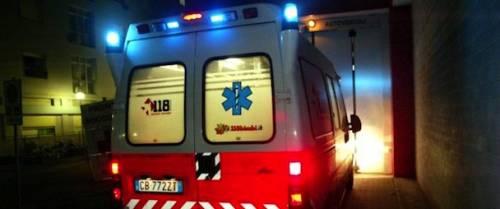 Napoli, chiudono porta dell'ambulanza per privacy: aggrediti operatori del 118