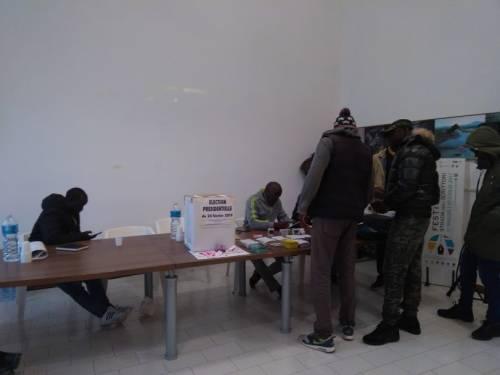 In fila per votare per le elezioni in Senegal  7