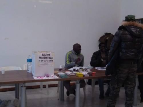In fila per votare per le elezioni in Senegal  9