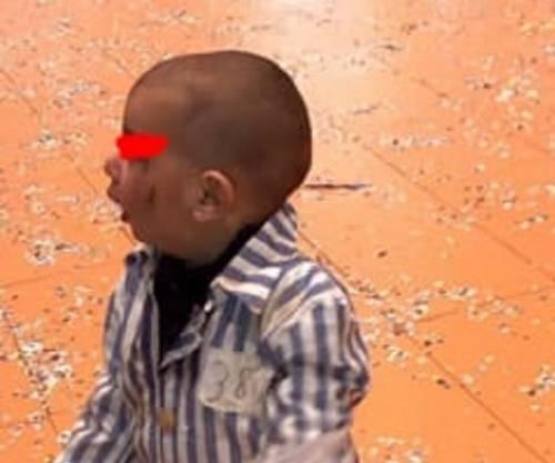Per Carnevale fanno indossare al figlio un pigiama a righe. È polemica sui social