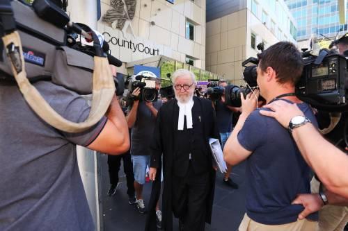 La manifestazione contro il cardinale Pell fuori dal tribunale di Melbourne 2