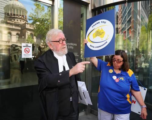 La manifestazione contro il cardinale Pell fuori dal tribunale di Melbourne 3