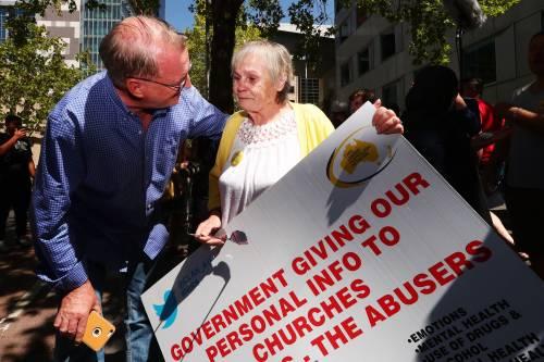 La manifestazione contro il cardinale Pell fuori dal tribunale di Melbourne 4