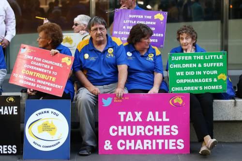La manifestazione contro il cardinale Pell fuori dal tribunale di Melbourne 5