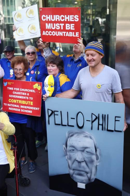 La manifestazione contro il cardinale Pell fuori dal tribunale di Melbourne 6