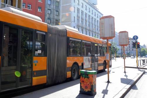 Milano, vietato fumare in attesa di bus e tram: proposte le fermate no-smoking