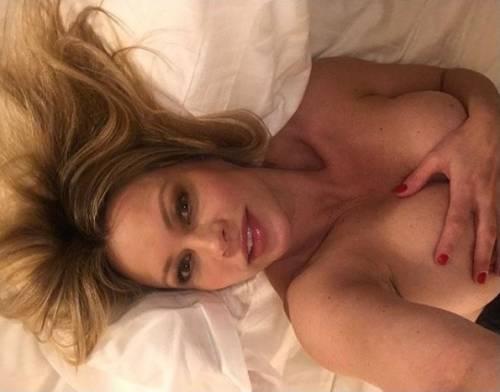 Anna Falchi nuda su Instagram per festeggiare la vittoria del derby