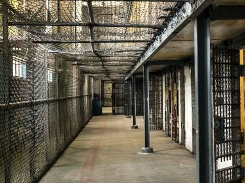 Napoli, porta della droga al marito detenuto in carcere: arrestata 34enne