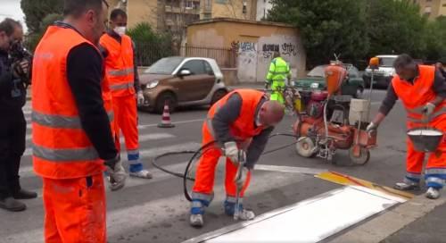 Roma, la Raggi su Facebook:Detenuti per rifare le strisce pedonali