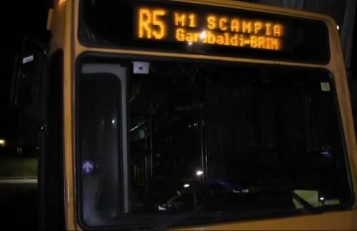 Scampia, ragazzi prendono a sassate bus: un vetro va in frantumi