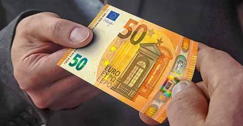 Chiede due messe al prete e come offerta gli dà 50 euro falsi