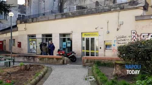 Napoli, rapinano l'ufficio postale e picchiano gli impiegati: in fuga banda del buco