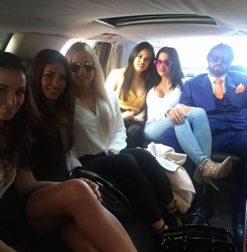 Travers Beynon con le sue ragazze sexy 9