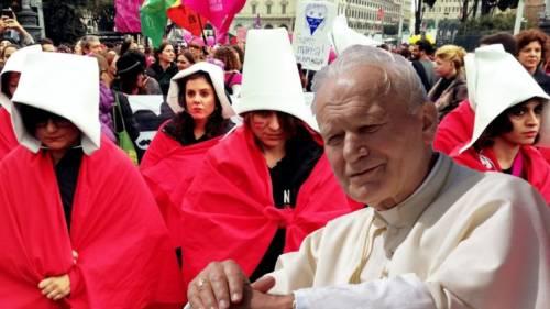 E ora le femministe attaccano pure Papa Wojtyla