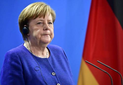 La Merkel ci manda i migranti: Storditi e sedati sull'aereo