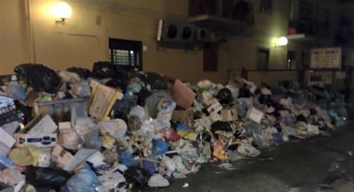 Emergenza rifiuti a Torre del Greco, cittadini esasperati