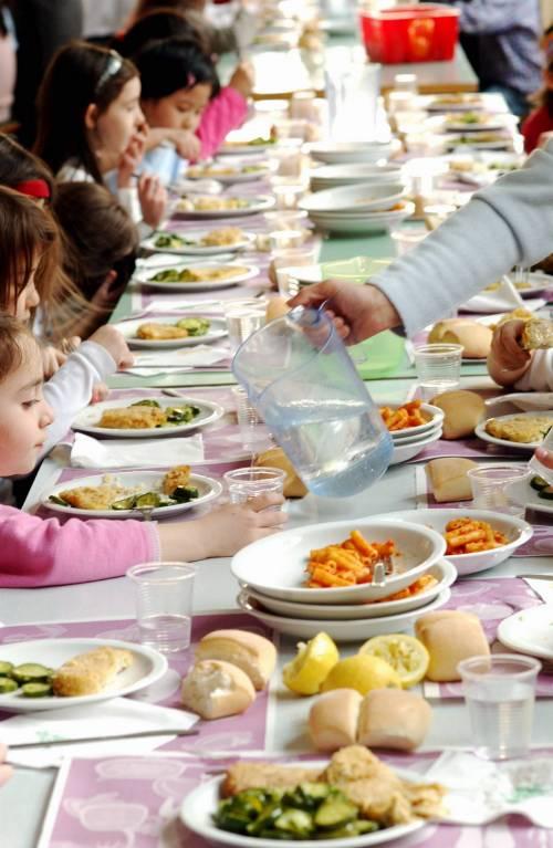 """Menu vegano a sorpresa a scuola, i genitori: """"I nostri figli affamati"""""""
